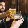 Thumb_primer_plano_mano_masculina_tostado_vasos_bebidas_alcoholicas_23_2147919255.jpg