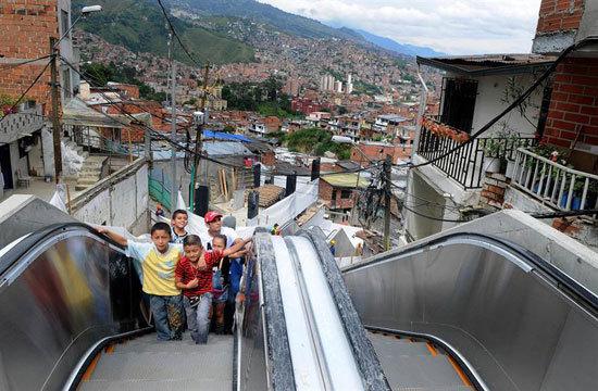 Medell n inaugura las primeras escaleras el ctricas al - Escaleras al aire ...