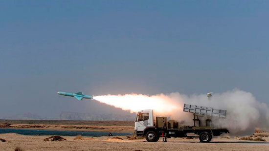 Un misil tipo Nasr es lanzado desde una plataforma en tierra, en el