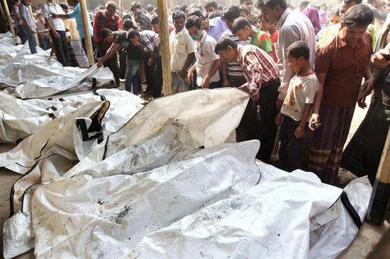 be2d313ef6290 Decenas de cuerpos fueron apilados fuera de la fábrica en una especie de  morgue improvisada.EFE