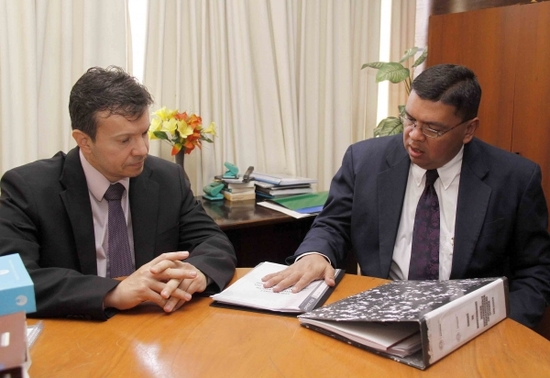 De vargas pide que lo investiguen for Escuchas ministro del interior