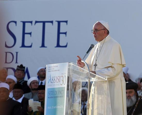 El papa califica de terrorismo al periodismo basado en rumores