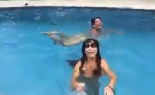 Desnuda y desbocada, Moria despide el año en una piscina