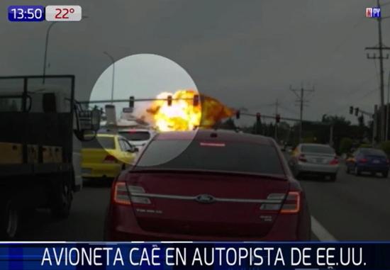 Una avioneta cayó y explotó en plena avenida de Estados Unidos