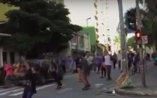 Vehículo atropella a varios patinadores en Brasil