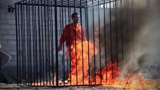 Estado Islámico encierra en jaulas y quema vivas a 12 personas