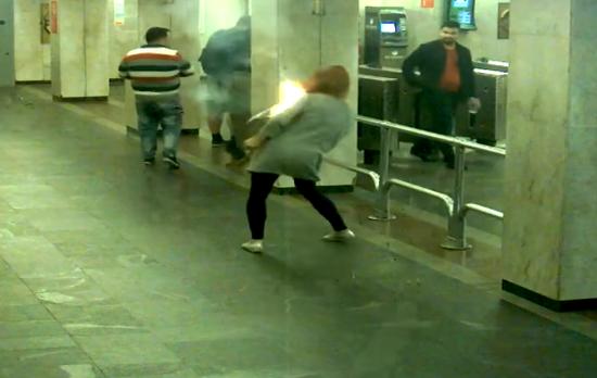 Le explotó el cigarrillo electrónico mientras caminaba