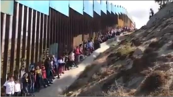 Decenas de niños cantan