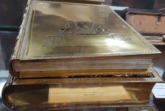 Libro de oro regresa al archivo nacional