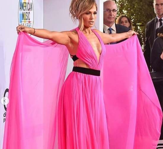 Jennifer Lopez desafía la censura y comparte fotografía semidesnuda | FOTOS